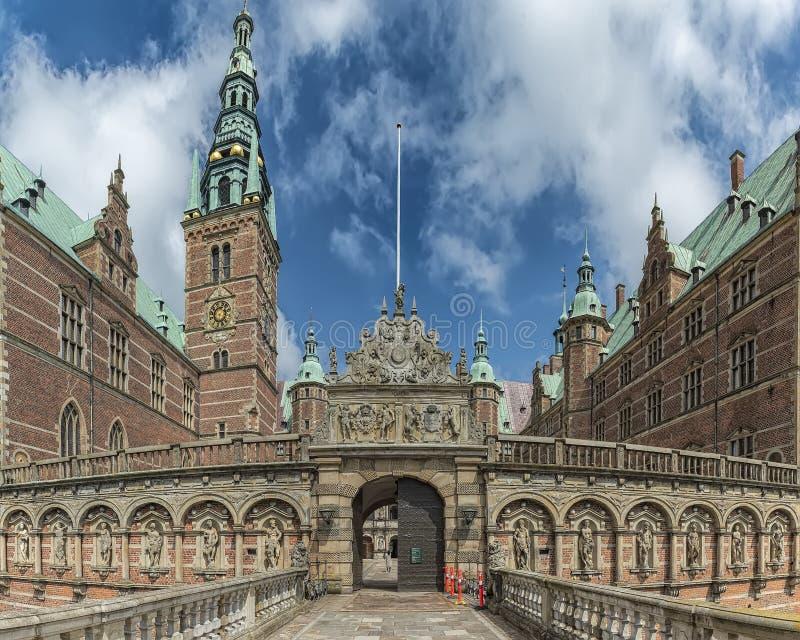 Distorção larga do ângulo do castelo de Frederiksborg fotos de stock royalty free