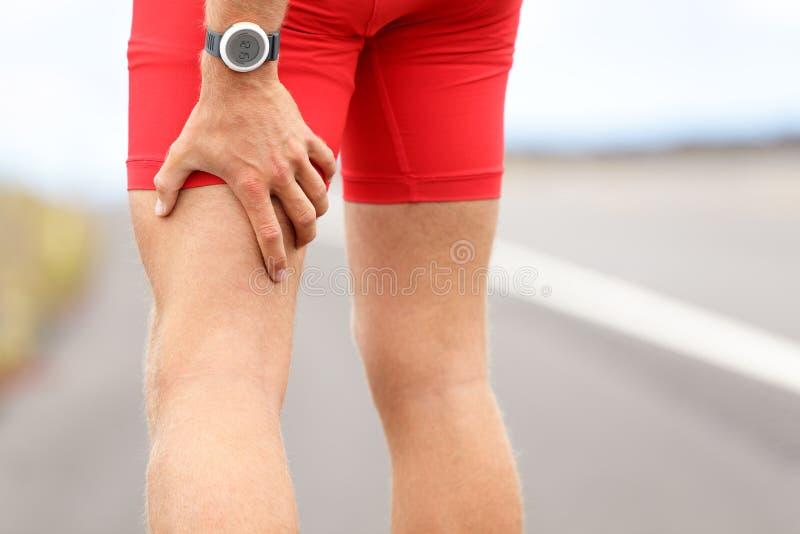 Distorsione o spasmi del tendine del ginocchio immagini stock libere da diritti