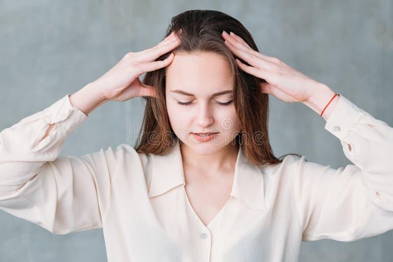 Distressedssed kobiety głowy masażu delikatny nacisk obraz royalty free