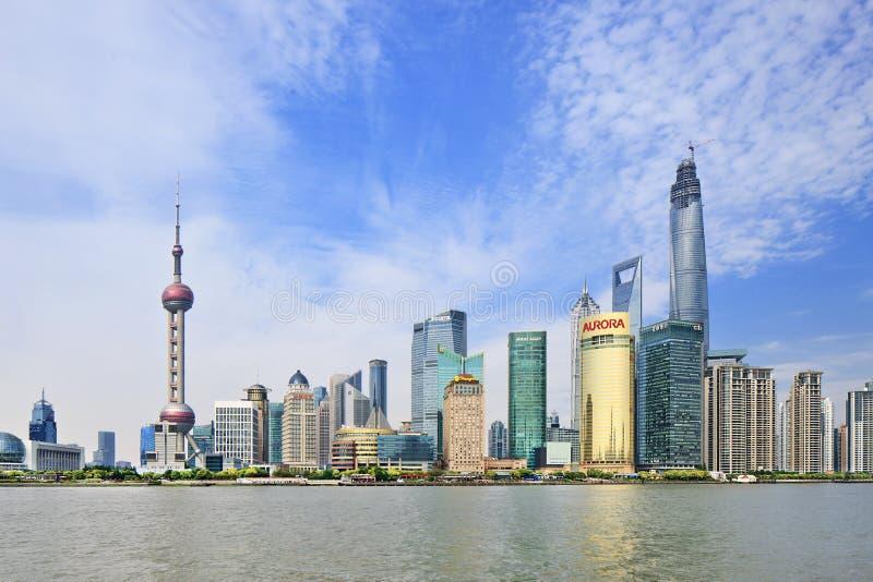 Distretto di Pudong visto dal fiume Huangpu, Shanghai, Cina immagine stock libera da diritti