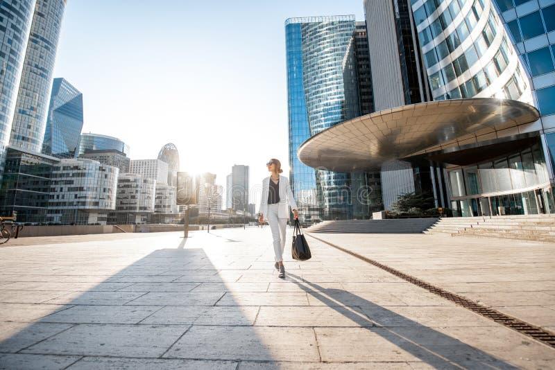 Distretto finanziario con la donna di affari a Parigi fotografia stock