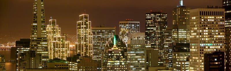 Download Distretto Finanziario Di San Francisco Alla Notte Fotografia Stock - Immagine di baia, natale: 3893966