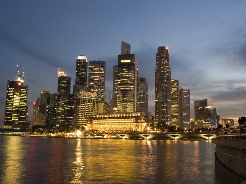 Distretto finanziario Singapore: orizzonte alla notte fotografie stock