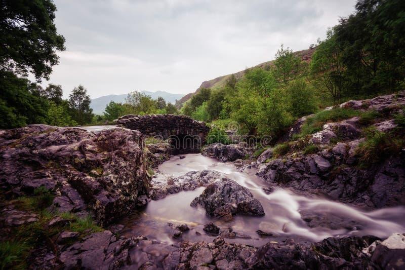 Distretto Regno Unito del lago bridge di Ashness fotografia stock
