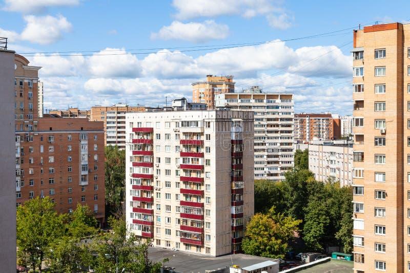 Distretto residenziale con le case di palazzo multipiano in città fotografia stock libera da diritti
