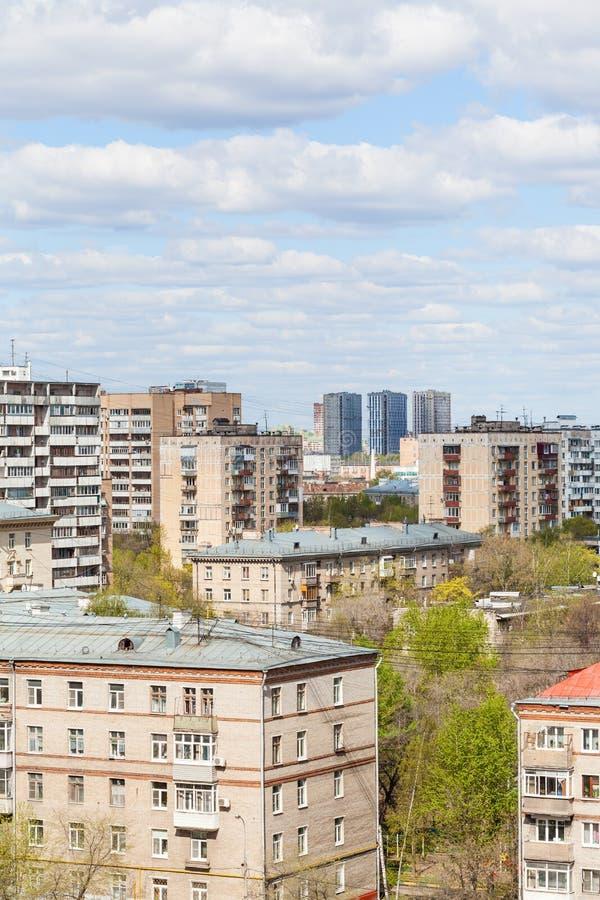 Distretto residenziale della città nel giorno soleggiato fotografie stock libere da diritti