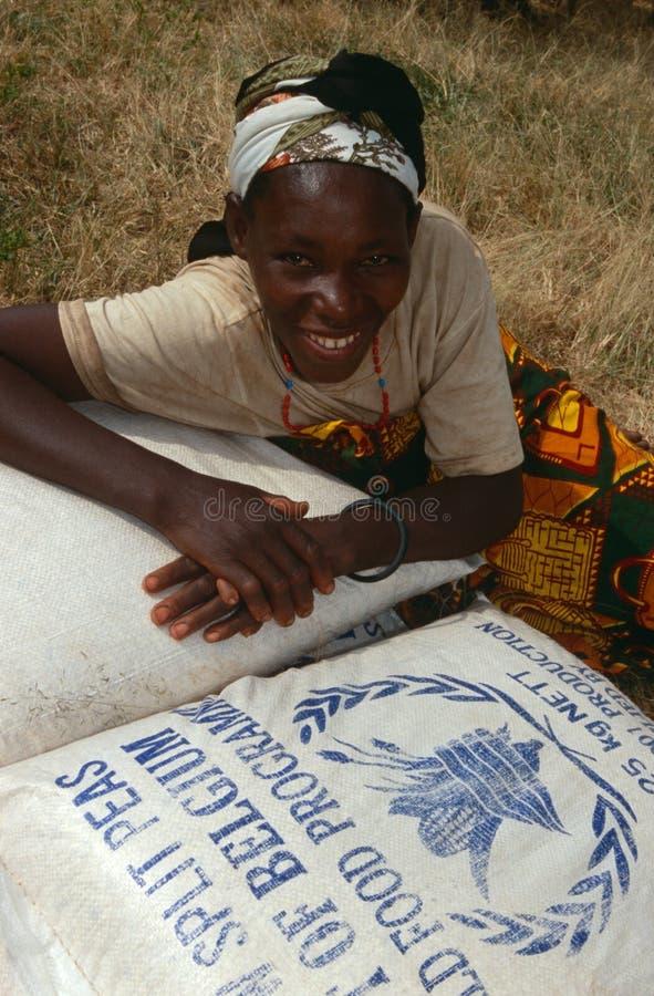 Distribtution del alimento por el PMA en Burundi. fotos de archivo