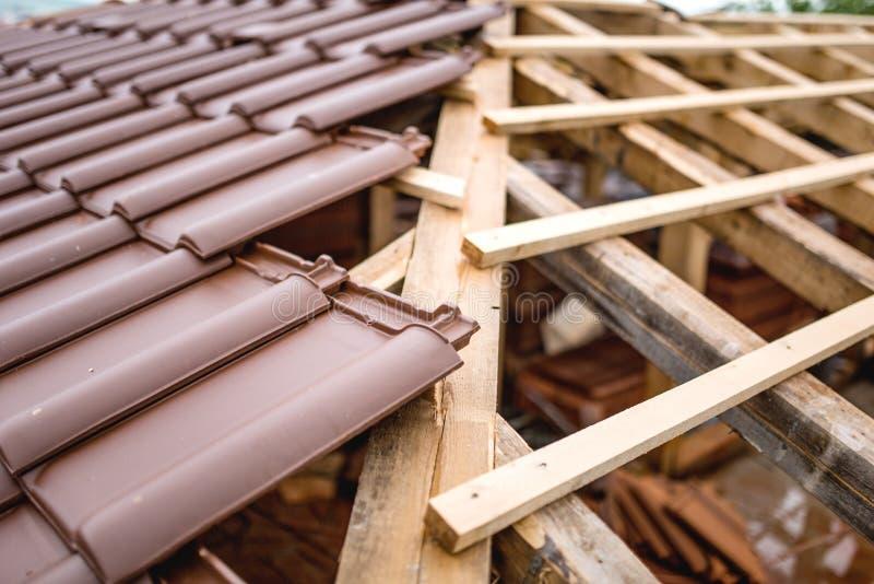 Distribución simétrica de las tejas de tejado en emplazamiento de la obra de la nueva casa foto de archivo libre de regalías