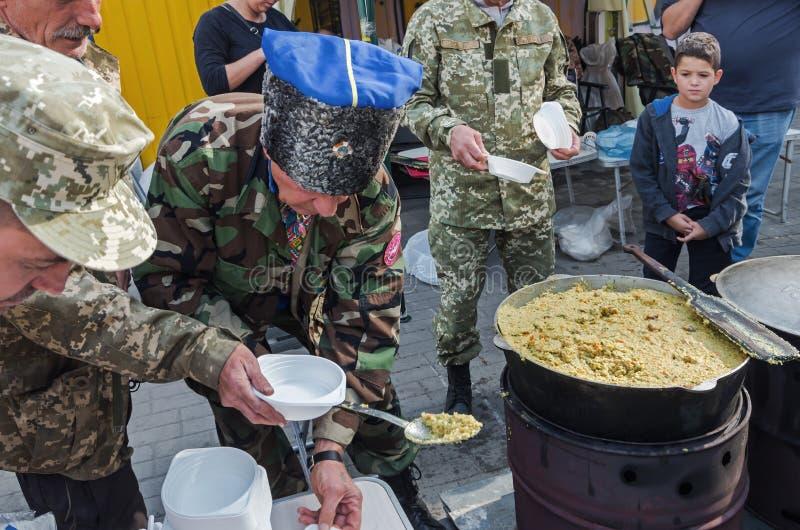 Distribuição alimentar no festival do ethno foto de stock royalty free