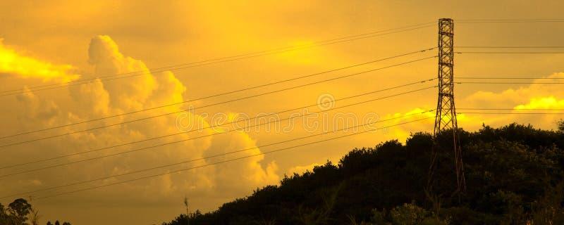 Torre da transmissão no por do sol foto de stock