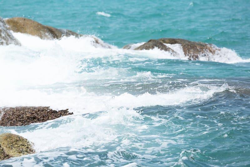Distribuição de água azul da onda de oceano na praia branca arenosa fotografia de stock