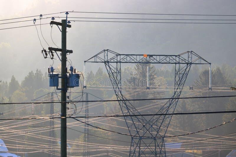 Distribuição local e nacional da eletricidade fotografia de stock