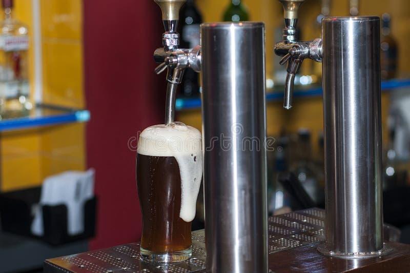 Distribuidor da cerveja imagens de stock royalty free