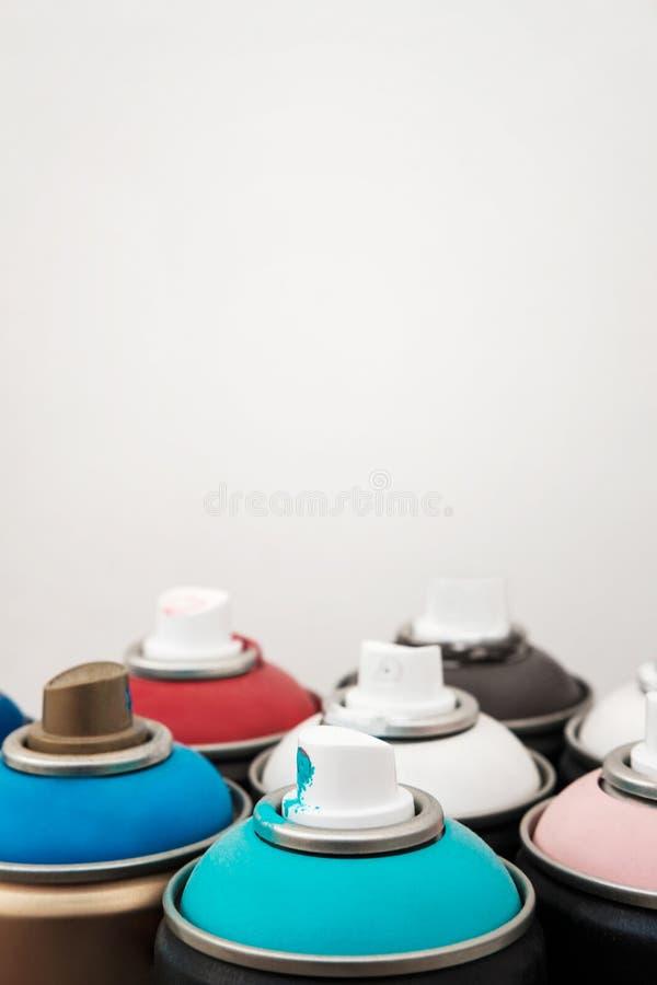 Distribuidor da pintura à pistola em cores diferentes: azul, marrom, vermelho, cor-de-rosa, branco Fundo branco imagem de stock royalty free