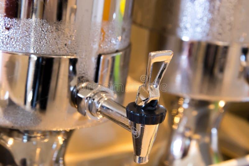 Distribuidor de aço inoxidável da água com condensação imagem de stock royalty free