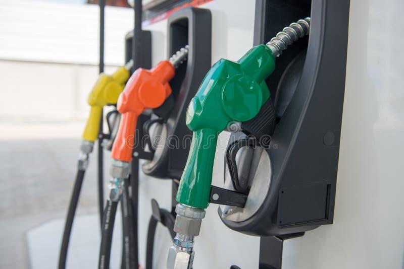 Distribuidor do combustível em uma estação de gasolina imagem de stock royalty free