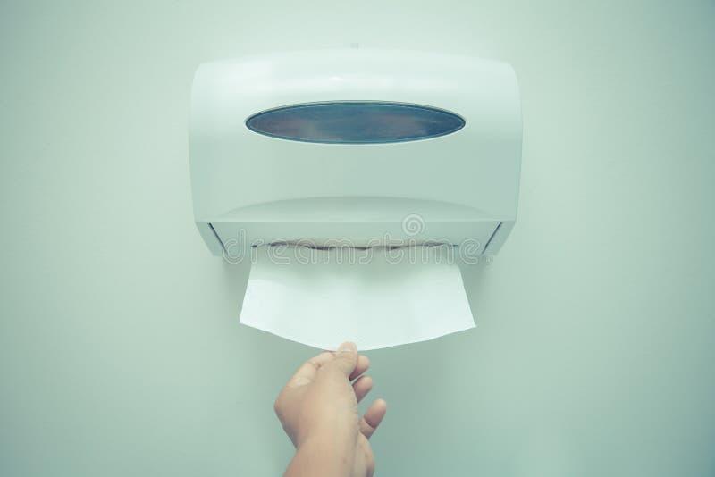 Distribuidor macio de toalha de papel de tecidos do foco na parede no barthroom imagens de stock