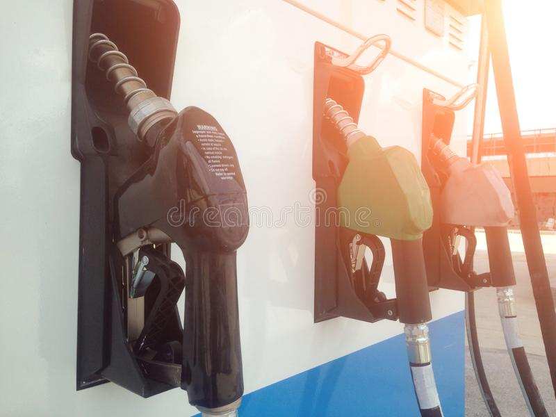 Distribuidor no distribuidor do combustível no posto de gasolina foto de stock