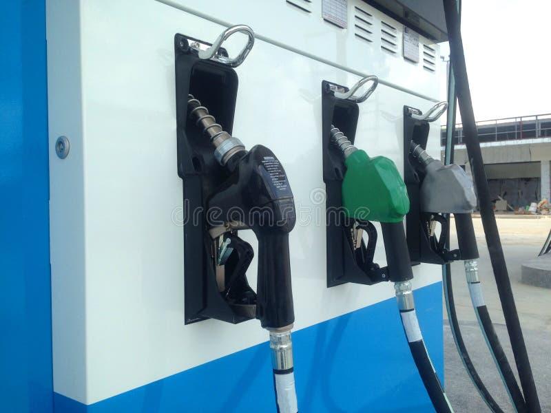 Distribuidor no distribuidor do combustível no posto de gasolina imagem de stock royalty free