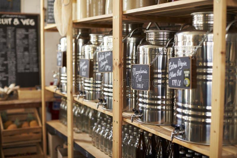 Distribuidores para o óleo e o vinagre na mercearia livre plástica sustentável imagens de stock