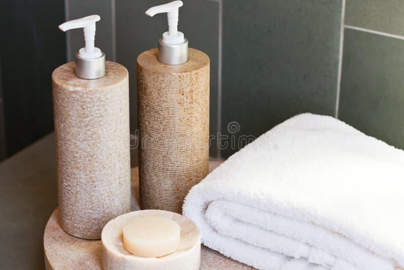 Distribuidores, sabão e toalha fotos de stock