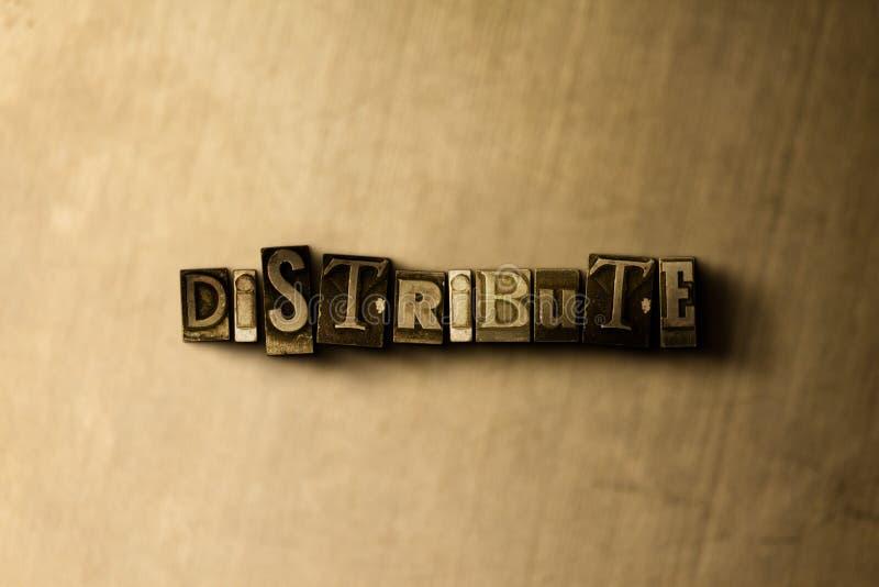 DISTRIBUISCA - il primo piano della parola composta annata grungy sul contesto del metallo immagine stock