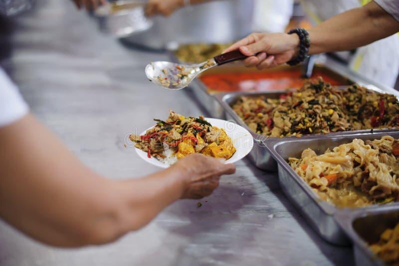 Distribuisca l'alimento libero al povero - alimento della parte per l'affamato fotografia stock