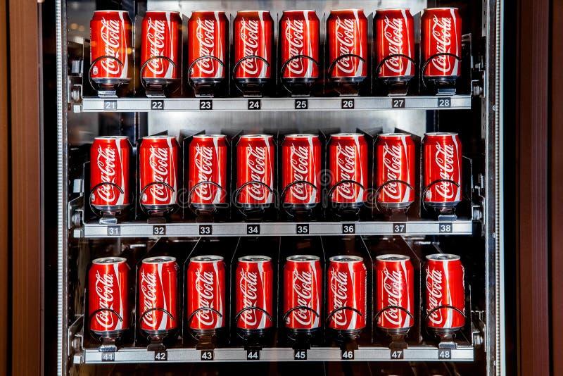 Distributeur automatique complètement des boîtes de coca-cola image stock