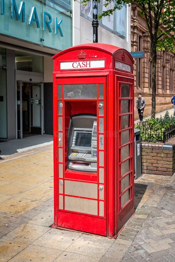 Distributeur automatique de billets dans un kiosque de téléphone rouge, Lincoln image stock