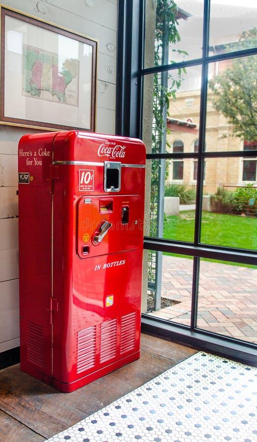 Distributeur automatique de coca cola de vintage photo - Distributeur de bouteille de gaz automatique ...