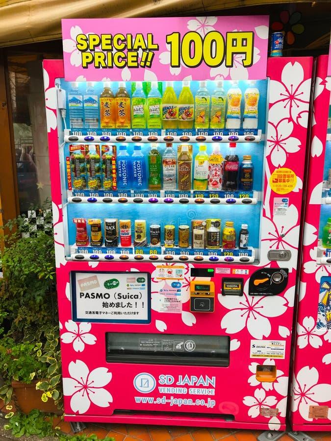 Distributeur automatique japonais bon marché avec des boissons à Tokyo, Kyoto, Osaka photographie stock libre de droits