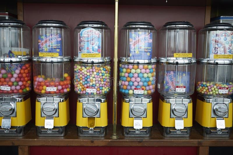 Distributeur de sucrerie avec le bubble-gum photo libre de droits