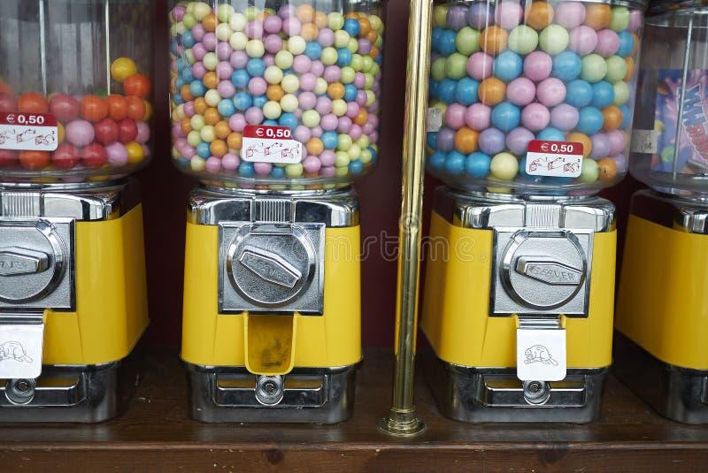 Distributeur de sucrerie avec le bubble-gum images stock
