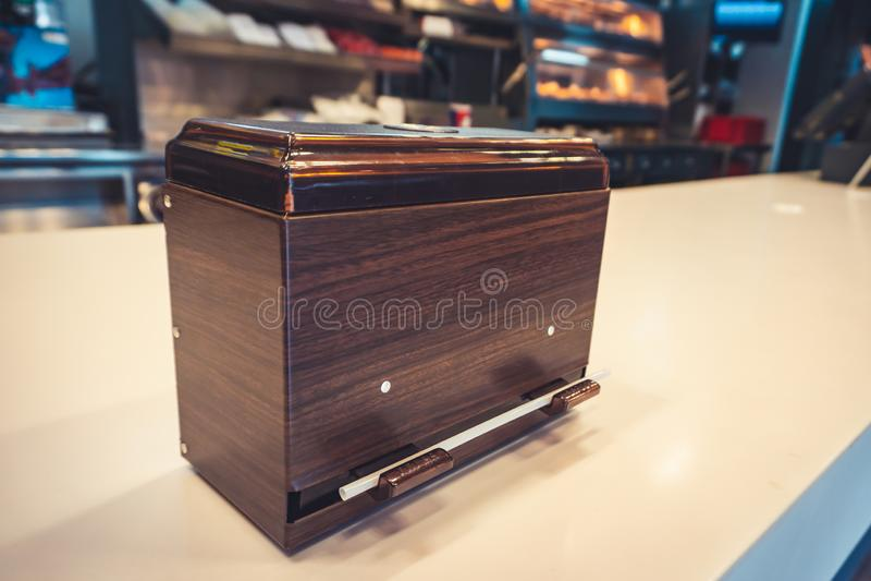 Distributeur en vrac noir de paille sur le compteur photo stock