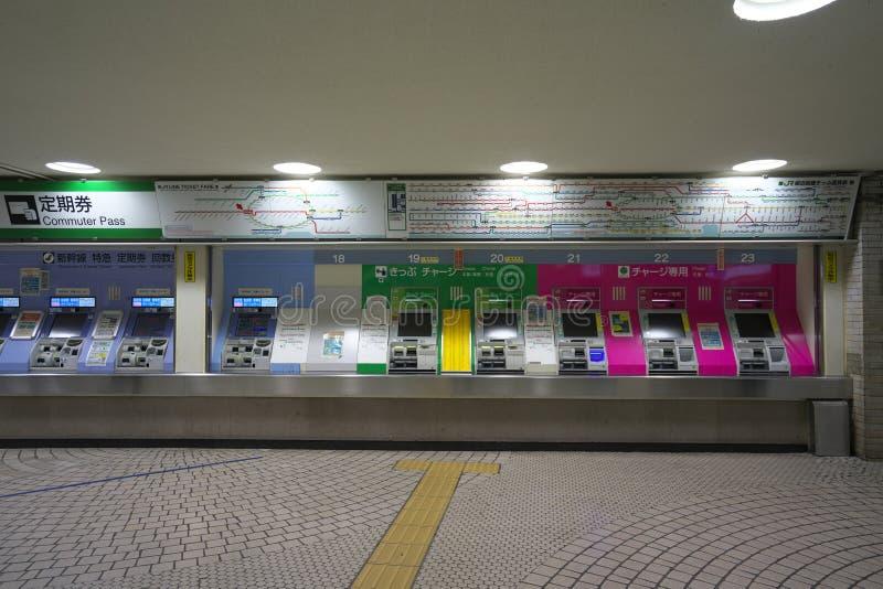 Distributeurs automatiques de billet du JR station de Shinjuku à Tokyo tôt le matin photo stock
