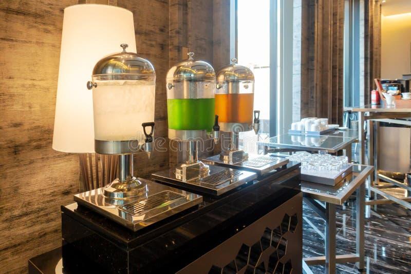 Distributeurs de boissons d'hôtel Eau potable, jus de goyave et d'orange dans le refroidisseur d'eau pour des invités de séminair photos libres de droits