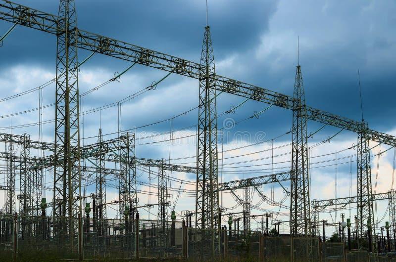 Distributie elektrisch hulpkantoor met machtslijnen en transformatoren stock afbeelding