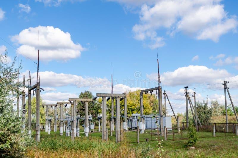 Distributie elektrisch hulpkantoor met machtslijnen en transformatoren royalty-vrije stock foto