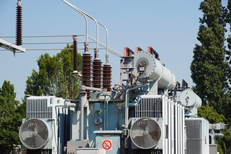 Distributie elektrisch hulpkantoor met machtslijnen en transformatoren stock foto's