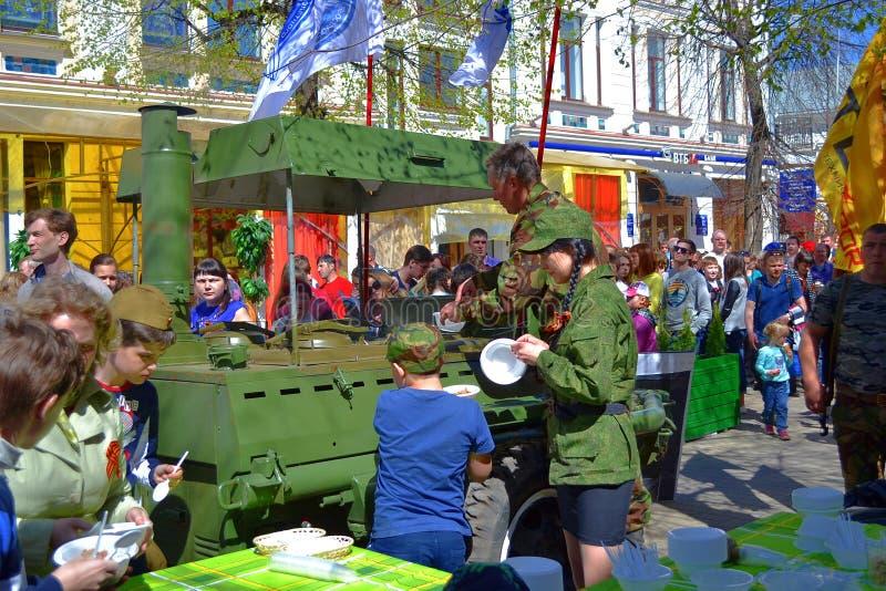 Distributie van de havermoutpap van de militair ter gelegenheid van de Overwinning in Yaroslavl royalty-vrije stock afbeeldingen