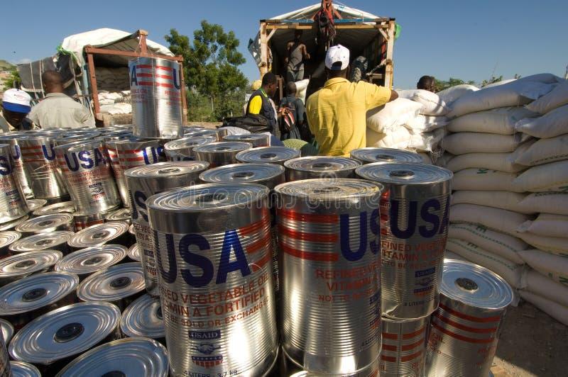 Distribution de produits alimentaires pour des victimes d'inondation photographie stock libre de droits