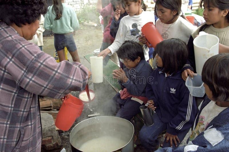 Distribution de produits alimentaires sur les enfants indiens dans les Andes photo stock