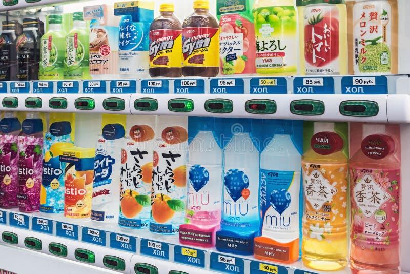 Distributore automatico con differenti produttori del giapponese delle bevande fotografia stock libera da diritti