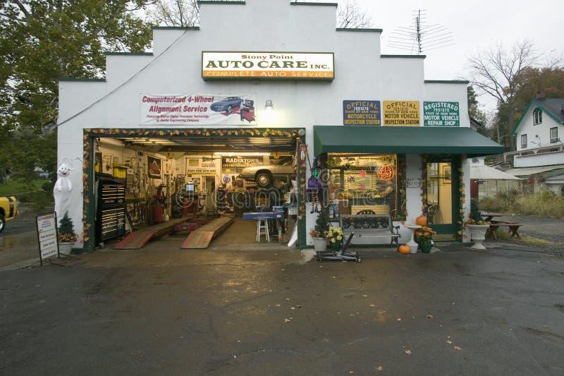 Distributore di benzina pietroso del garage del punto a nord di New York lungo Hudson River, New York fotografia stock