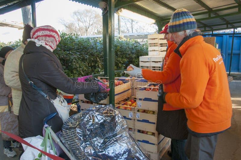 Distribuzione Di cibo een quotidiano ` van de persone povere ` ruit royalty-vrije stock foto
