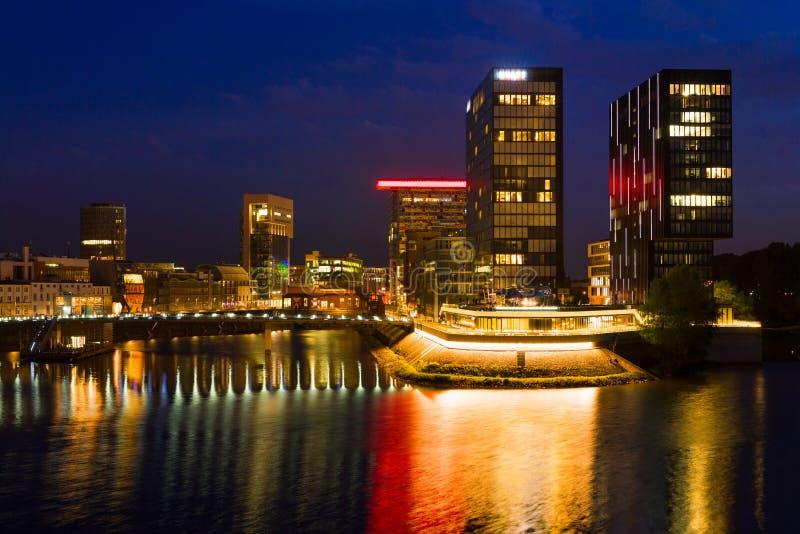District des affaires de Düsseldorf la nuit photo stock