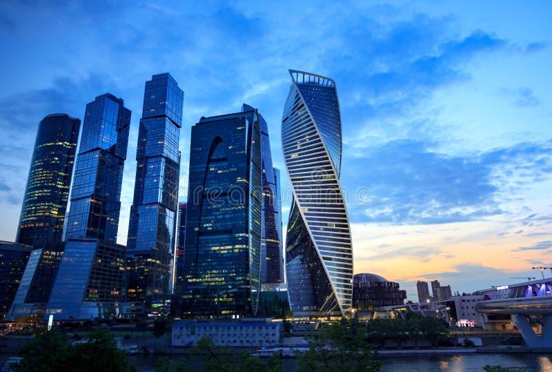 District des affaires de Moscou au coucher du soleil photo libre de droits