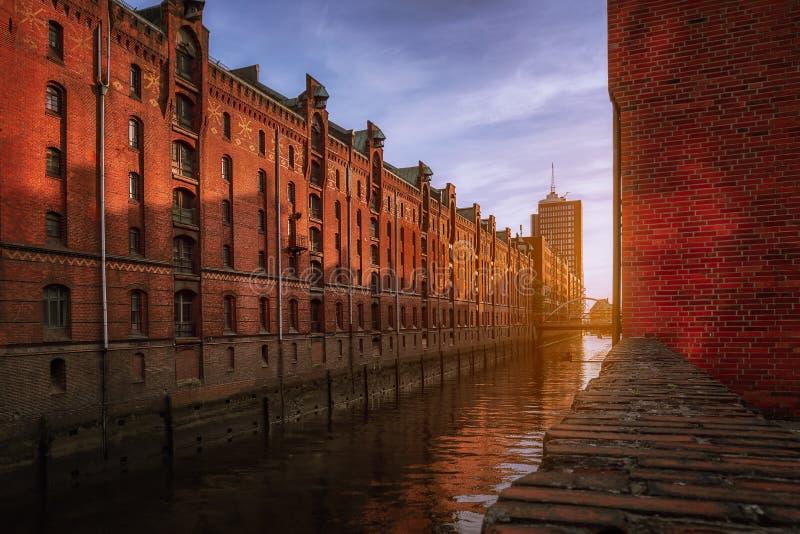 Distrito de almacenes Speicherstadt durante la puesta de sol en Hamburgo, Alemania. Viejos edificios de ladrillo del barrio de Haf fotos de archivo