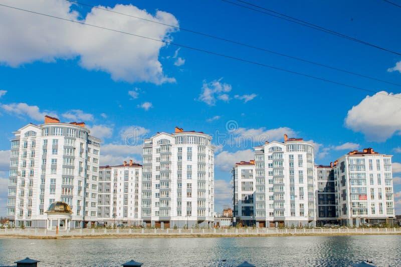 Distrito de Butovo, construção nova, vista panorâmica no território perto da casa, casas novas, construção, arquitetura, parque e fotografia de stock royalty free