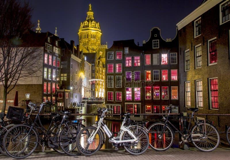 Distrito de luz vermelha na noite, canal de Amsterdão de Singel imagem de stock